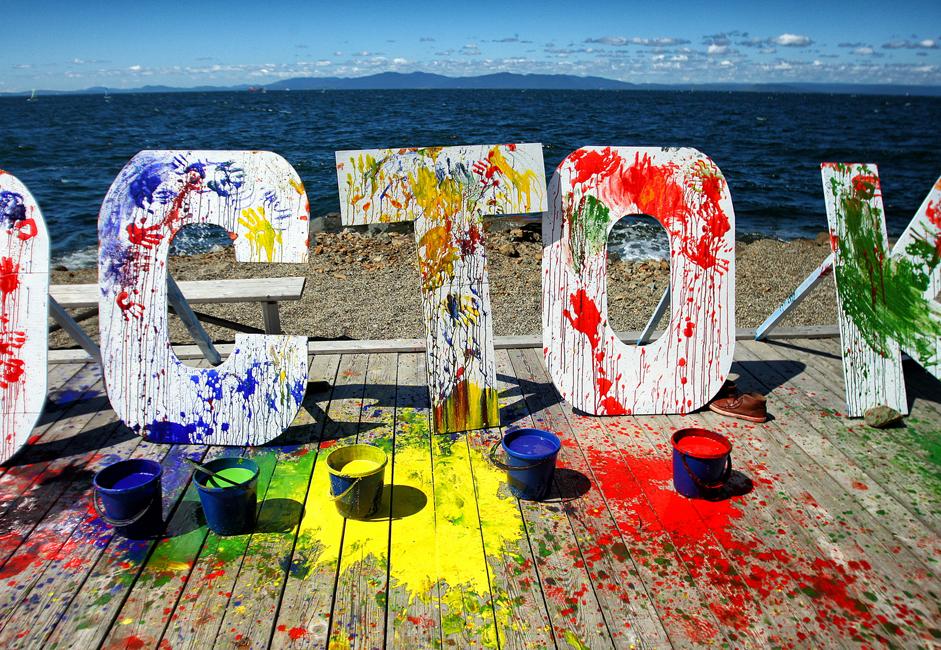 数千人の若者が8月最後の31日、ウラジオストク市にあるトカレフスキー砂州のビーチに集結。多彩な絵の具を塗りあったり、かけあったりする、世界的に有名なホーリー祭が初めてここで行われた。