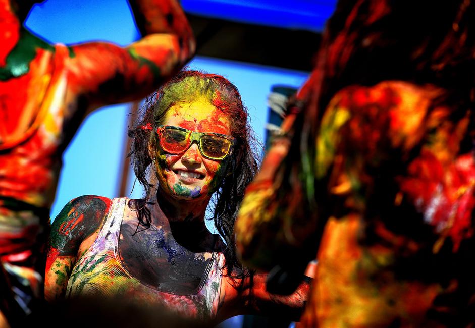 ナタリヤさん、19歳。「インターネットでお祭りがあることを知って、おもしろいイベントだなって思った。汚れてもいい服で着たけど、洗えば落ちるって話。子供時代を思い出した」。