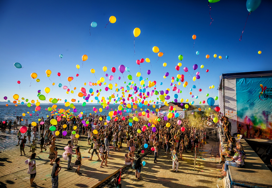 After the final battle, thousands of paint-smeared youngsters launched hundreds of colored balloons skyward. The Holi Festival of Colors ended with a fire show by the group Emotion.