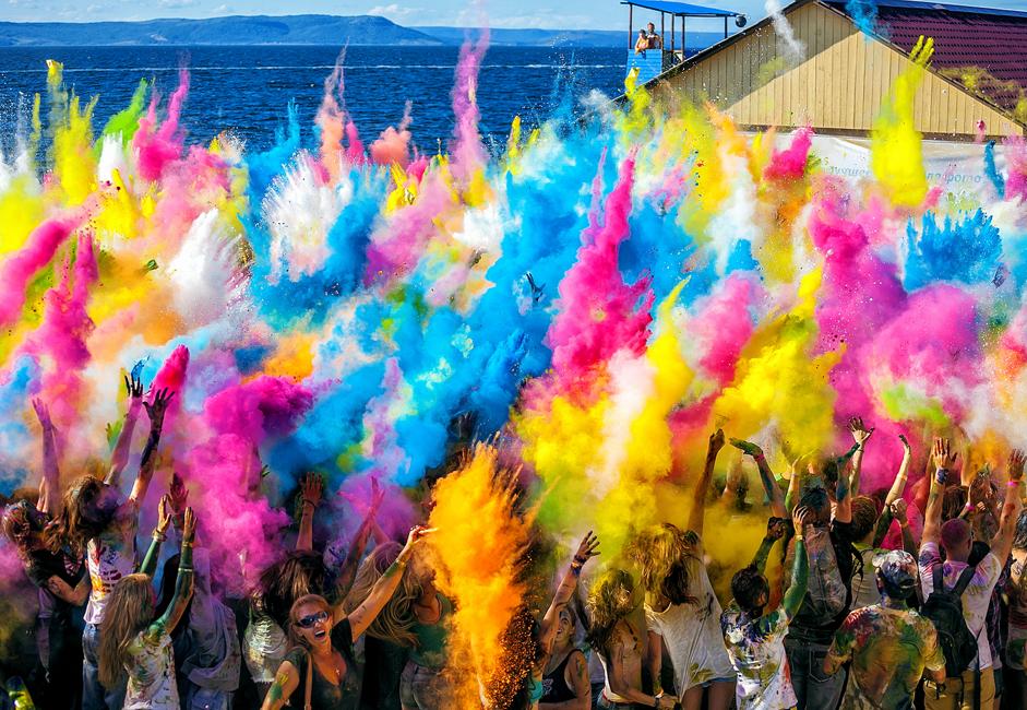 大切なガジェットをしっかりとしまい込みながら、汚れてもいい服装で訪れた若者たちは、異なる色の絵の具の入った袋を手に持って待っていた。