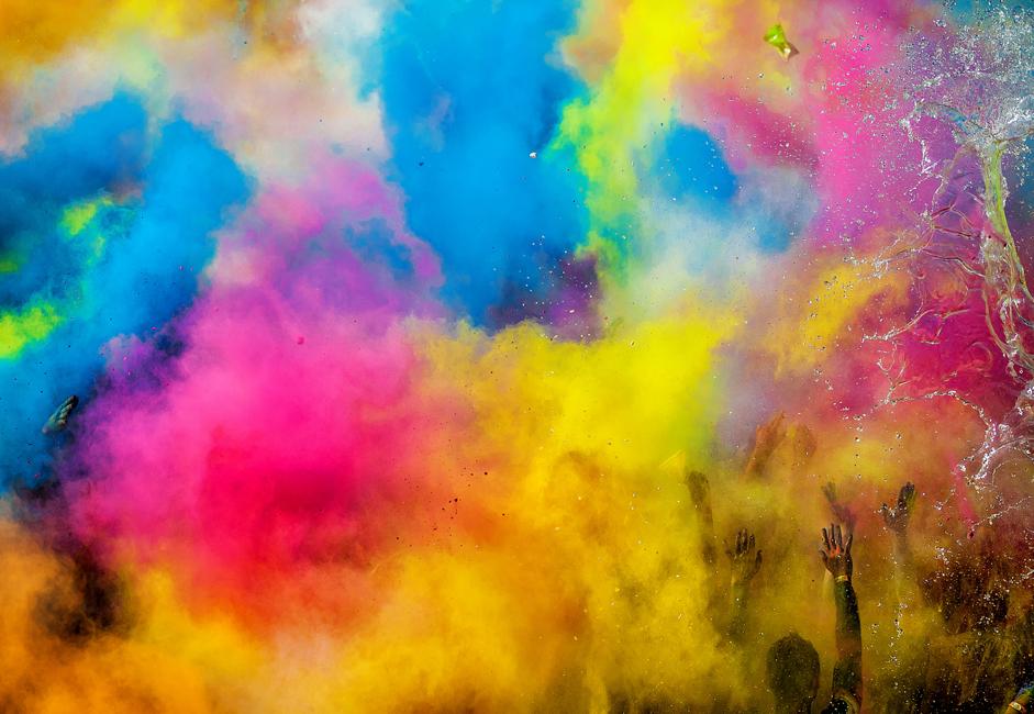 """会場に突入した若者たちは、さっそく色のついた「粉」を互いに猛烈にかけあった。""""汚れず""""に済んだ人は一人もいなかった。"""