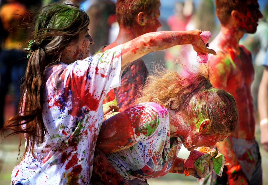ウラジオストク・ホーリー祭の主催者であるデニス・シャロフさんによると、インドの粉絵の具数百キログラム以外にも、グワッシュ数十リットルが用意されたという。