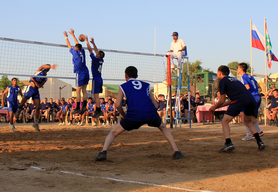 In the evening a volleyball match was held to enhance the spirit of sports and camaraderie between the troops of both the nation. Indian Brigade commander and his Russian counterpart gave away prizes to both the teams.