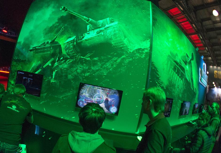 最大手のゲーム開発企業、仮想エンターテインメント・コンテンツの制作会社やハードウェアのメーカーが、2万5000平方キロにおよぶ会場でブースを設置し、業界で最も興味をそそられる新製品を目にして触れる機会を来場者に提供した。