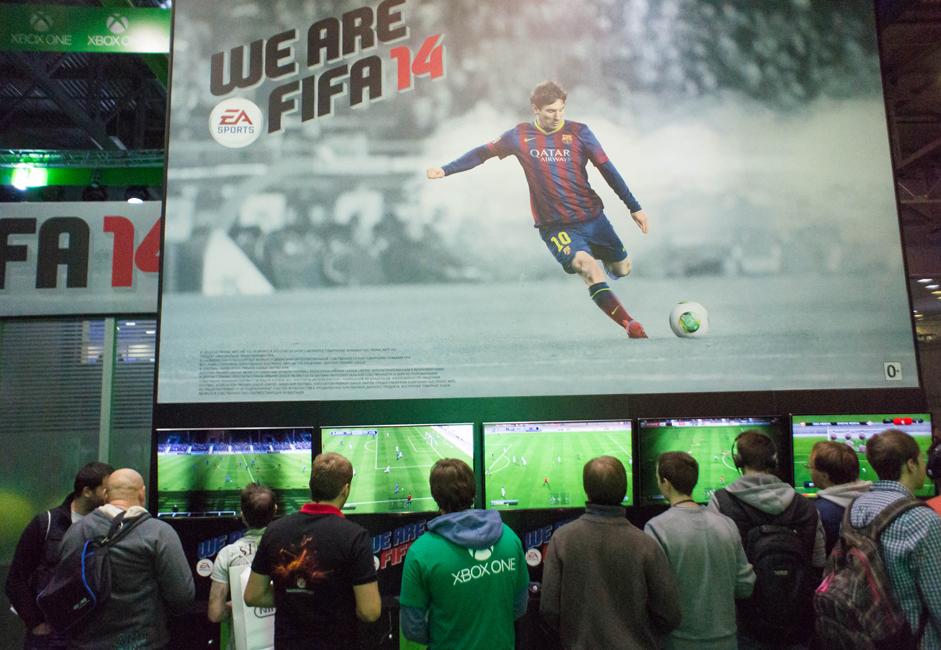 イグロミールの主要イベントは、ソニー・コンピュータエンタテインメントによる PlayStation 4 と、マイクロソフトによる Xbox One の最新世代コンソールのプレゼンテーションだった。これらのコンソールはまだあと半年は発売されない予定だが、今回のショーへの来場者は、これらを試すこ とができる。