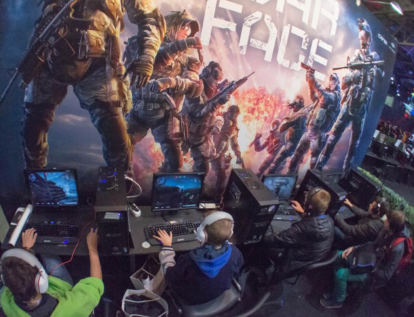しかし、イグロミール 2013 で最大の見どころとなったのは、様々なサイバースポーツで競技と実演が繰り広げられた、別館のトーナメントゾーンである。ここでは League of Legends、Starcraft II、World of Tanks などがプレイされた。