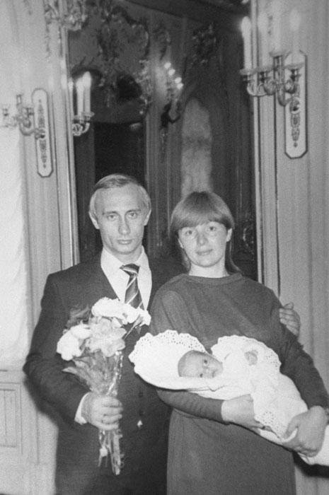 リュドミラ・アレクサンドロヴナ・プーチナ氏は、1958年1月6日、カリーニングラードに生まれ、1986年、レニングラード(現サンクトペテルブルグ)国立大学を卒業する。専攻はロマンス語。