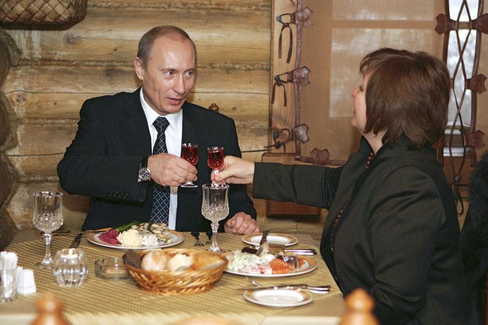 ドミトリー・ペスコフ・ロシア大統領報道官は、世界各地の訪問を含むウラジーミル・プーチン氏の仕事ぶりは周知の通りである点を指摘した。しかも、大統領は、すでに一定の期間、夫人と別居している。