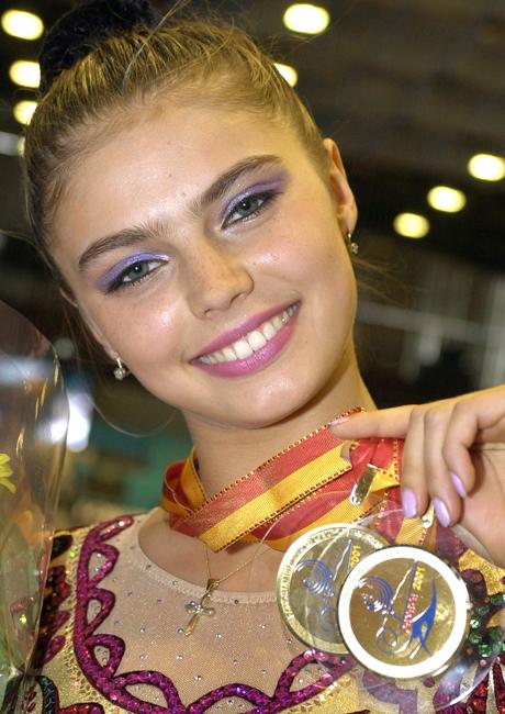 Alina Maratovna Kabaeva lahir pada tanggal 12 Mei 1983. Dia tumbuh di kota Tashkent (era USSR, sekarang adalah kota di Uzbekistan), di dalam keluarga atlet profesional. Ayah Alina Marat, berketurunan Tatar (salah satu suku di Rusia) yang tinggal di Tashkent, pernah menjadi pesepakbola profesional. Mama Alina Lyubov, tinggal di Moskow dan pernah menjadi anggota tim basket nasional Uzbekistan.