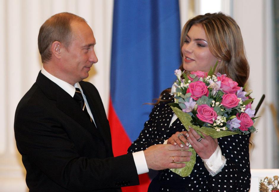 """Pada tanggal 12 April 2008, di headline surat kabar """"Moskovskiy Korrespondent"""" muncul skandal bahwa Alina Kabaeva telah menikah dengan Vladimir Putin. Putin dalam jumpa persnya mengungkapkan bahwa tidak ada satu pun pemberitaan tersebut yang benar."""