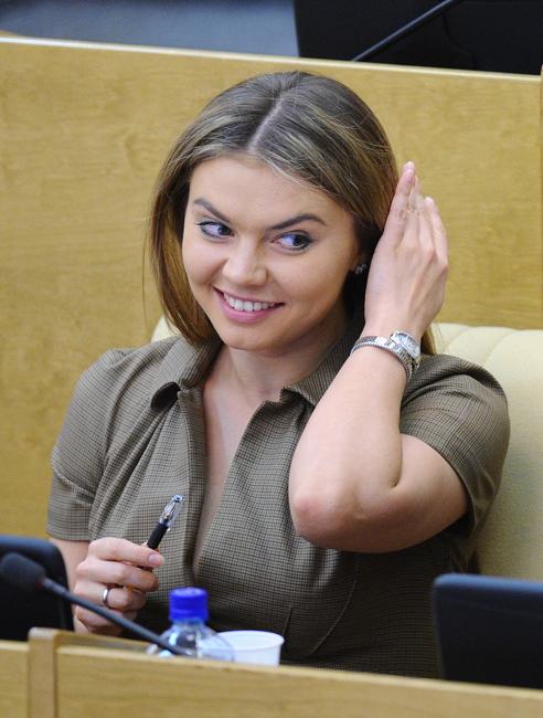 Laut offiziellen Angaben betrug das Einkommen Kabajewas im Jahre 2011 rund 11,5 Millionen Rubel (umgerechnet ca. 250.000 Euro). Kabajewa besitzt ein 7200 m_ großes Grundstück, drei Wohnungen und zwei Autos.