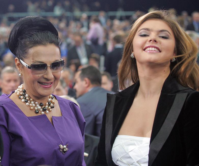 Saat berumur 12 tahun, supaya dapat mengembangkan potensi olahraga Alina, dia bersama mamanya pindah dari Tashkent ke Moskow untuk berlatih di bawah pengawasan Irina Viner. Sang gurupun langsung memberikan syarat kepada Alina, yaitu menurunkan berat badan (untuk ukuran atlet senam, Alina terhitung gemuk).
