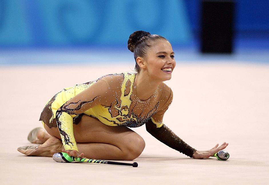 Di olimpiade kota Sydney, atlet favorit ternama ini  melakukan kesalahan fatal, yaitu saat tampil dengan hoop, dia tidak sengaja melepaskannya keluar dari batas karpet, yang pada akhirnya Alina keluar menjadi juara ketiga.