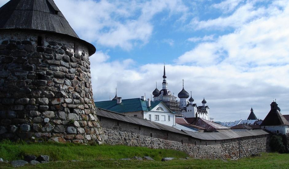Solovecki otoci uvijek su igrali važnu ulogu u povijesti Rusije. Masivni granitni zidovi otočke tvrđave bili su nepremostiva prepreka Šveđanima i Dancima, pa čak i moćnoj engleskoj floti, koja je opsjedala Solovecki manastir u Krimskom ratu 1854.