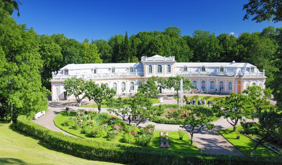 """Peterhof ili Petergof (na nizozemskom i njemačkom """"Petrov dvorac""""), administrativni je centar Petrodvoreckog rajona federalnog grada Sankt-Peterburga, od kojeg je udaljen 47 km. Nalazi se na južnoj obali Finskog zaljeva."""