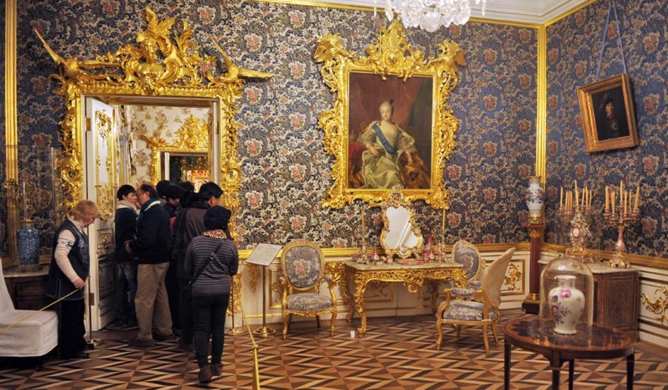 Peterhof, nesumnjivo najbolja turistička destinacija za jednodnevni izlet ako se nalazite u Sankt-Peterburgu, mami posjetitelje svojim dvorcem na Baltičkom moru, inspiriranim Versaillesom. Prizor je najljepši od travnja do listopada, kada se niz Veliku kaskadu pušta voda, a zelenilo u parku pospe se cvjetovima. Doživljaj je još ljepši ako se do grandiozne ljetne rezidencije Petra Velikog vozite trajektom ili hidrogliserom. Plovidba će vam pomoći da uvidite kako su nastale pomorske  ambicije ovog vladara, i to baš ovdje, na zapadnoj granici Rusije. Vožnja čamcem i prostrani park ovo mjesto čine idealnim i za ljetne izlete s djecom.