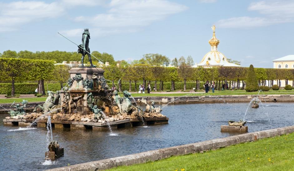 Ovaj kompleks 200 je godina služio kao ljetna rezidencija ruskih vladara. U 18. i 19. stoljeću to je bilo mjesto održavanja raskošnih prijema, proslava, balova, koncerata i maskenbala.