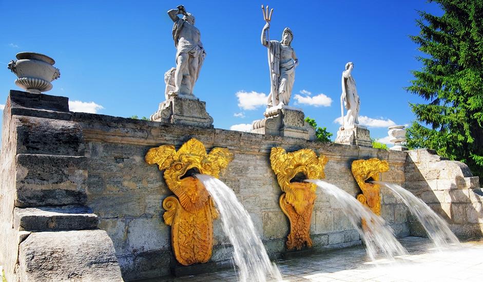 Ansambl Peterhof obuhvaća Gornje i Donje parkove sa 150 fontana, gdje jake mlaznice raspršuju vodu u veličanstvene slapove. Sustav vodoopskrbe u Peterhofu je zaista jedinstven, s obzirom na to kada je izgrađen. Na obodu prirodne terase visoke 16 metara uzdiže se Veliki dvorac, središte ovog ansambla, djelo arhitekta Rastrellija.