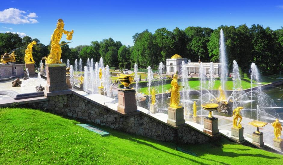 U veličanstvenim svečanim dvoranama i prostorijama u kojima su živjeli ruski carevi možete vidjeti brojne zanimljive izloške. U podnožju dvoraca nalazi se Velika kaskada, bogato ukrašena brojnim zlatnim skulpturama. Ovdje voda izbija iz posrebrenih mlaznica raskošnih fontana, a najpoznatija među njima je Samsonova fontana. Voda se niz kaskade spušta do mora, do Finskog zaljeva.