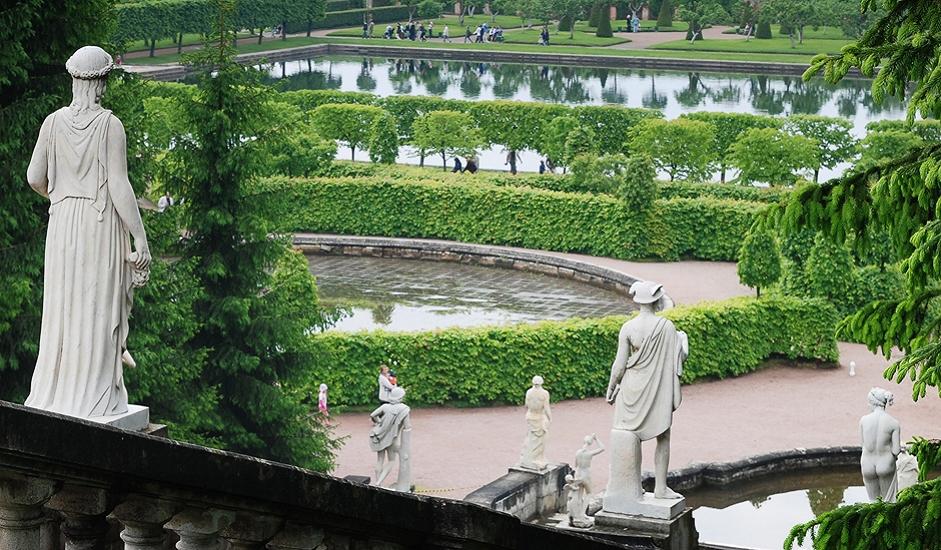 U parku se nalazi i cijeli labirint staza i kitnjastih pješačkih mostova od kovanog željeza, kao i nekoliko malih vrtnih paviljona i sjenica. Radno vrijeme i cijene ulaznica drukčije su nego one za dvorac, osim vikendom, kada je sve otvoreno.