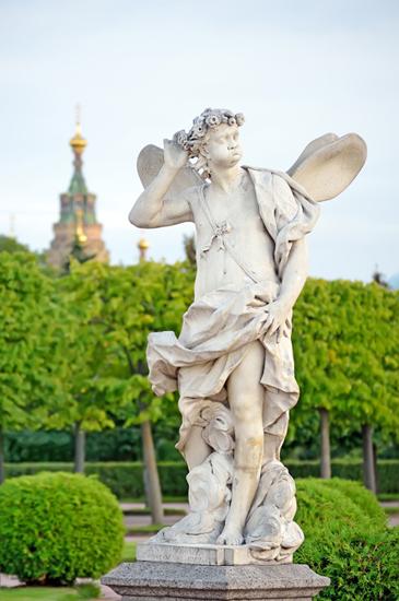 U ovom raskošnom parku treba obići i mali crveno-bijeli Ermitaž, kao i palaču Marli, gdje se nalazi izrezbareni drveni radni stol koji je napravio sam Petar Veliki. Ove zgrade imaju posebnu draž, drugačiju od ugođaja Velikog dvorca.