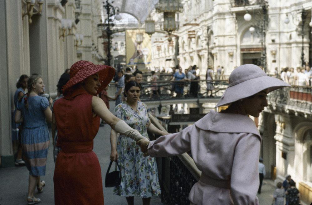 Les modèles de chez Dior se promènent dans les galleries de Goum en 1959, produisant une impression durable sur les habitants soviétiques.