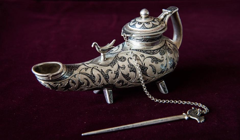 Neki predmeti proizvedeni su serijski, a neki za posebne narudžbe. Sjaj ovih umjetničkih predmeta u drvu, srebru i zlatu još uvijek ne tamni.