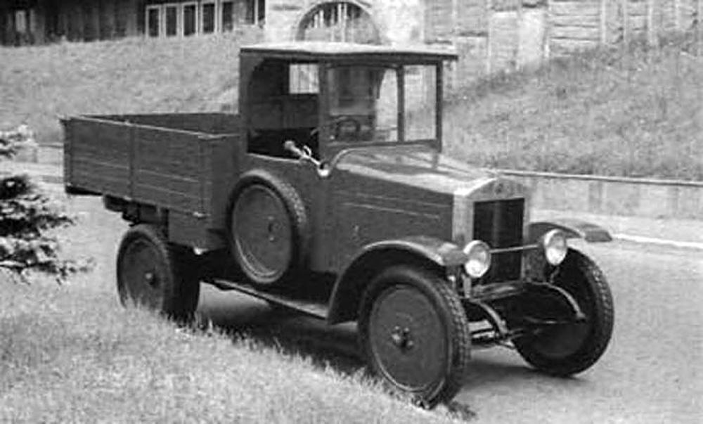 ソ連製自動車の誕生日と考えられているのは、1924年11月7日。10月革命記念日のこの日、赤の広場でパレードが行われ、モスクワ自動車会社で生産されたトラック10台が走行した。ソ連初の自動車「AMO-F15」は、イタリアのトラック「フィアット15 Ter.」にもとづいて開発された。パレードの直後に行われた自動車レースで、その信頼性を示した。1925年、この自動車の量産開始。