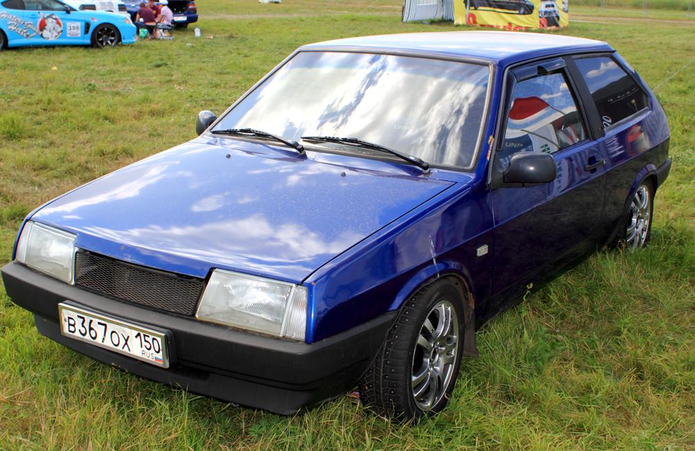 """Der PKW VAZ-2108, besser bekannt als """"Lada Samara"""", wurde in den Jahren 1984 bis 2003 verkauft. Die stilvolle Karosserie sowie die ausgezeichneten Fahrzeugdaten der dreitürigen Schräghecklimousine machten den """"Lada Samara"""" schnell zu einem der beliebtesten Autos der Sowjetunion. Dieses Modell bat zudem eine technische Revolution: Es hatte das erste 5-Gang-Getriebe. Der geräumige Kofferraum und die vollständig umklappbare Rückbank ermöglichten unter anderem auch den Transport von großen Gegenständen und, dank seinem herausragenden Beschleunigungsverhalten, war der """"Lada Samara"""" bald das schnellste Auto auf den Straßen der UdSSR."""