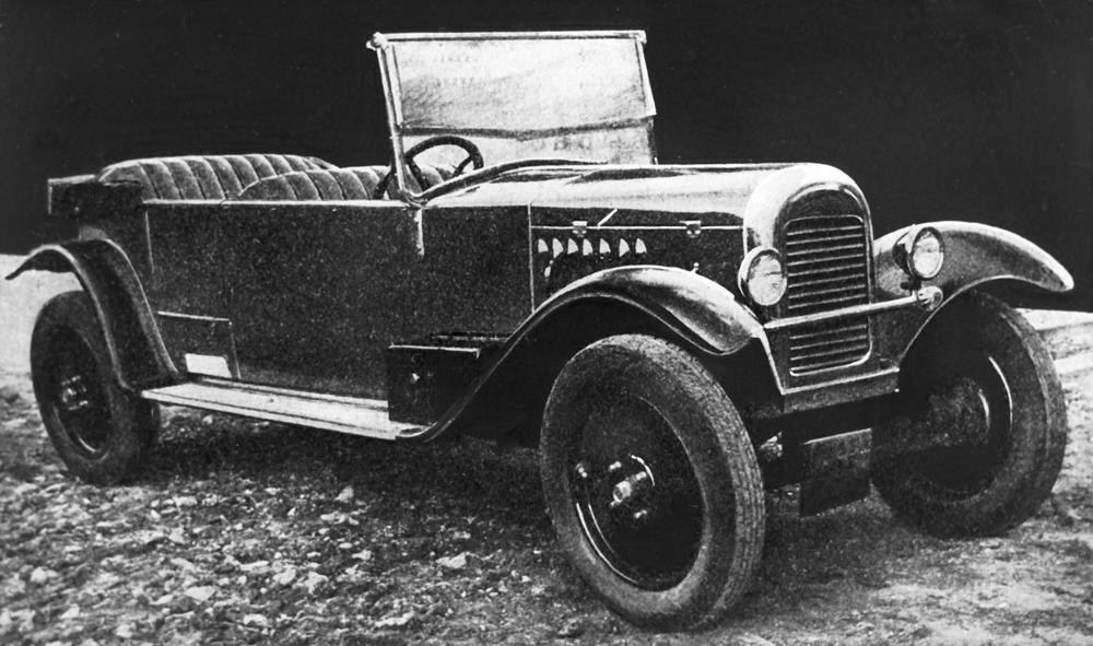 ソ連初の乗用車は1927年に生産された。車名は「NAMI-1」。時速70kmまで加速でき、エンジンは20馬力だった。高い通過性に必要な大きなロード・クリアランスがあったものの、構造にはたくさんの欠陥があった。その後改良されたが、1930年代には生産が終了した。