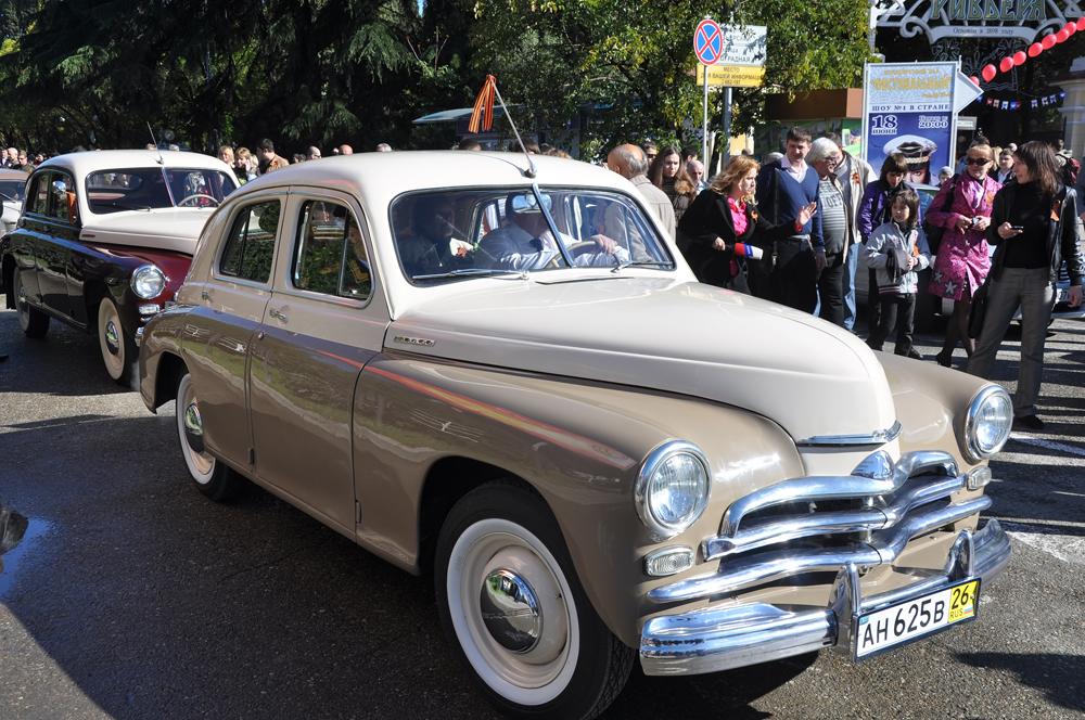 自動車「GAZ-M-20 ポベダ」は、中型乗用車で、車体はファーストバック。ゴーリキー自動車工場は、ポベダの生産を1946年に開始。「フォード」の技術にもとづいた戦前のモデル「GAZ-A」とは異なり、ポベダは完全なソ連の開発品だった。
