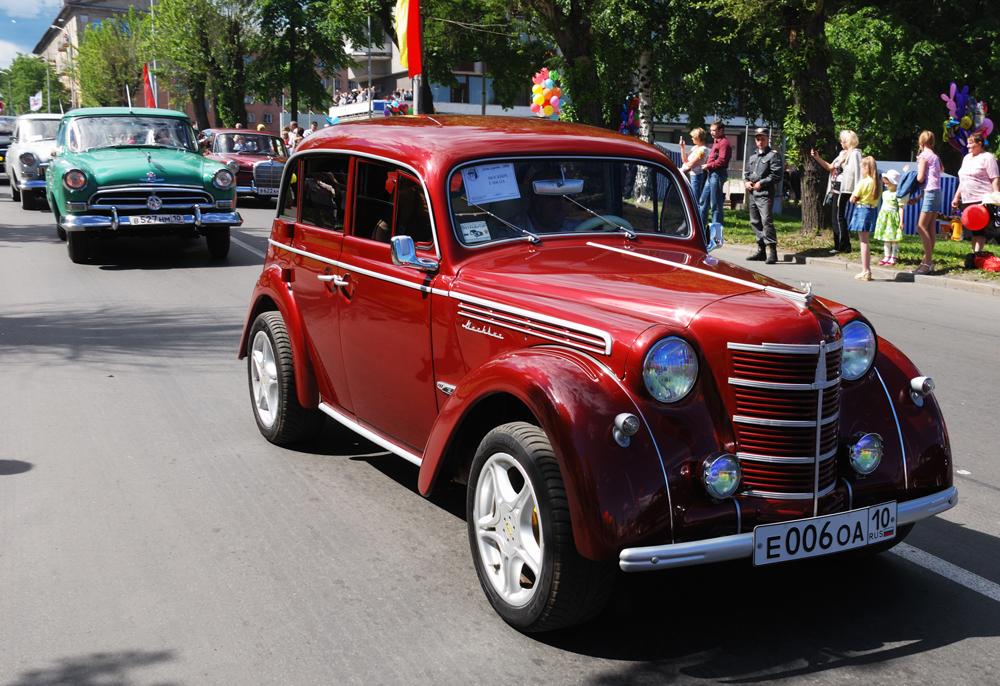 「モスクビッチ400」は国民の多くが買えるソ連初の車となった。このモデルが最初にコンベアからおろされたのは1946年で、新しい「モスクビッチ401」に代わる1954年まで生産が続けられた。最初のモスクビッチの原型となったのは、ドイツの量産車「オペル・カデットK-38」。第二次世界大戦中、自動車生産用の技術設備はドイツで完全に分解され、ソ連に移送された。