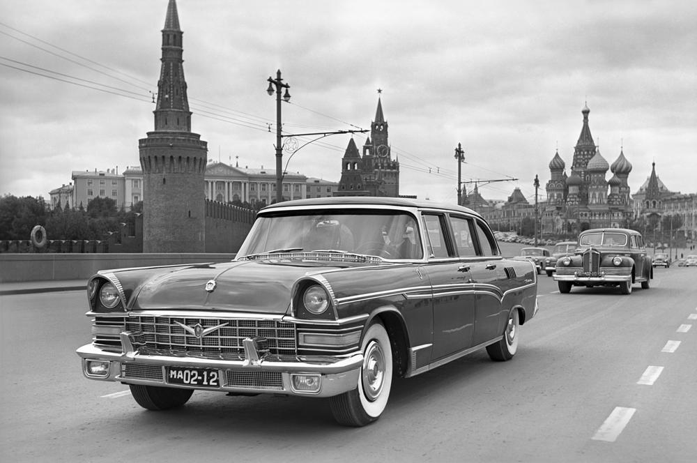 ソ連は1959年、政府高官用に特別に生産された、伝説の自動車「GAZ-13 チャイカ」を初めて目にした。強力なエンジン、最高時速160km、Xフレーム、7人乗り、さらにオートマチック・トランスミッションという特別仕様だらけの車だった。設計はパッカードを模倣している。