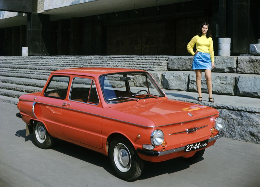 「ザポロジェツ968」はソ連の自動車産業の本物の伝説だ。1960年に販売が始まり、街の自動車となった。コンパクトで燃費が良く、お手頃価格だった「ザポロジェツ」は、大衆が手にできるほぼ唯一のソ連製自動車だった。空気冷却用の飛び出たインテークは、人々が「大耳」と呼んだ。