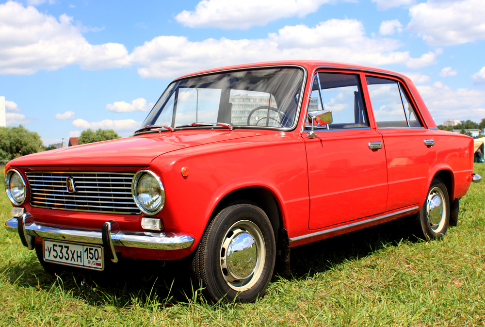 「VAZ2101」(ヨーロッパでは「LAD-1200」として販売された)は、ヴォルガ自動車工場で初めて生産された自動車だ。人々に「コペイカ」と呼ばれていた。1970年に販売された新セダンは、後輪駆動車で、イタリアの「フィアット124」をほぼ完全にコピーしていた。