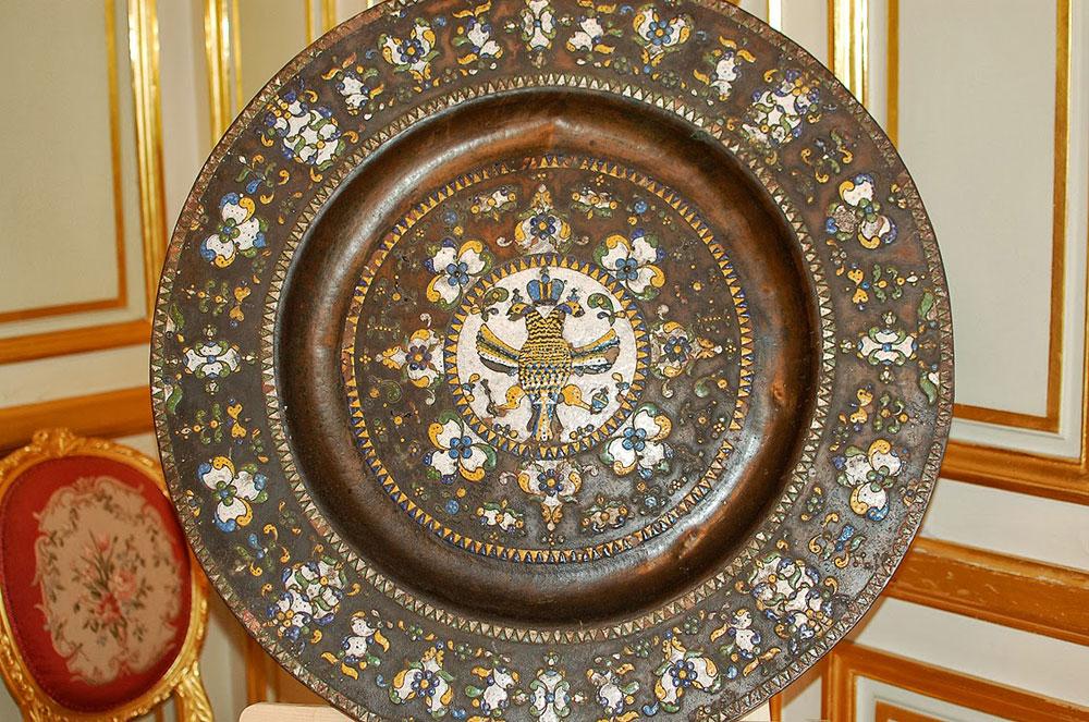 Grand plat d'honneur à décor central de l'aigle impériale des Romanov. Bronze et émaux. Travail russe du XVIIème siècle.