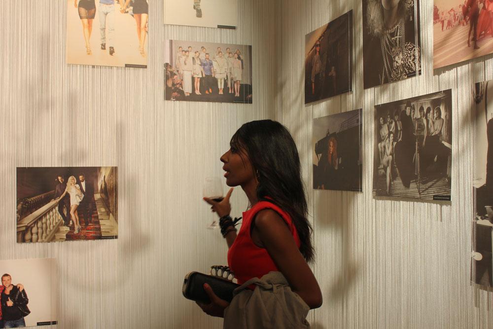"""All'interno di una delle sale del palazzo è stata allestita la mostra """"Lo sviluppo della moda in Russia attraverso le immagini di grandi fotografi e brand"""""""