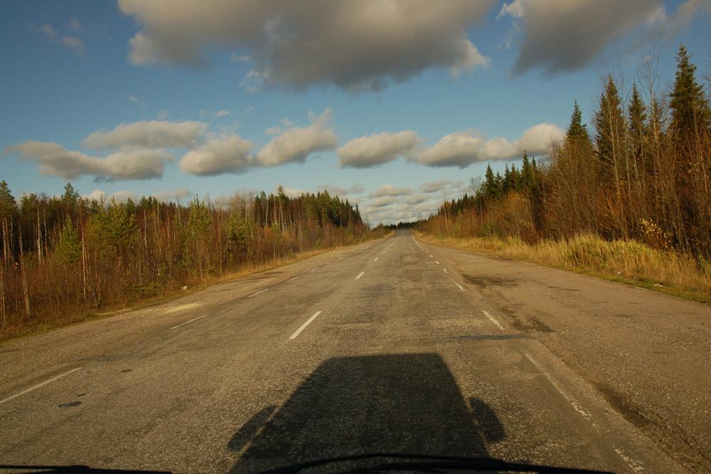 Autocesta je potpuno drukčiji svijet s vlastitim zakonima, oslobođen predrasuda gradskog života, svakodnevnih sitnica i osjećaja sputanosti. Kad krenete na put, sve se mijenja: pogled kroz prozor kamiona, vrijeme, ljudi.