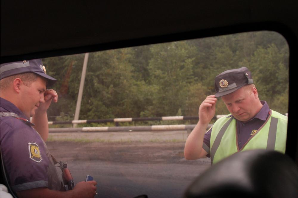 Još jedan izazov predstavljaju susreti s policijskim ophodnjama na autocesti. Većina vozača kamiona ulazi u nepriliku pri pokušaju prelaska kontrolnih točaka za mjerenje težine s preopterećenim vozilom.
