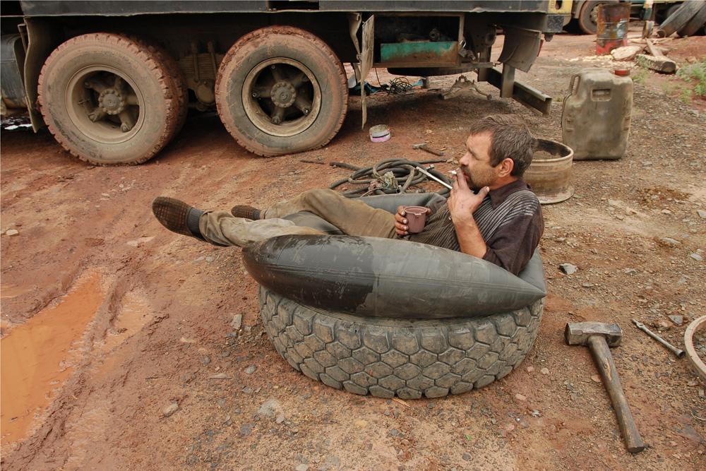 Vožnja kamiona težak je posao, posebno u Rusiji, gdje su neki dijelovi ceste u potpunosti neprikladni za promet. Često je lakše voziti uz, nego samom cestom.