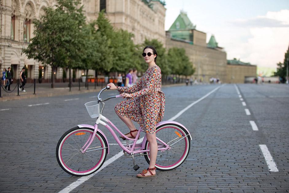 モスクワは何キロも続く交通渋滞で悪名高く、公共交通機関も定員オーバー。そのため、多くの人々が自転車を漕ぎ始めている。/アンナ、学生。サイクルトレック。赤の広場。