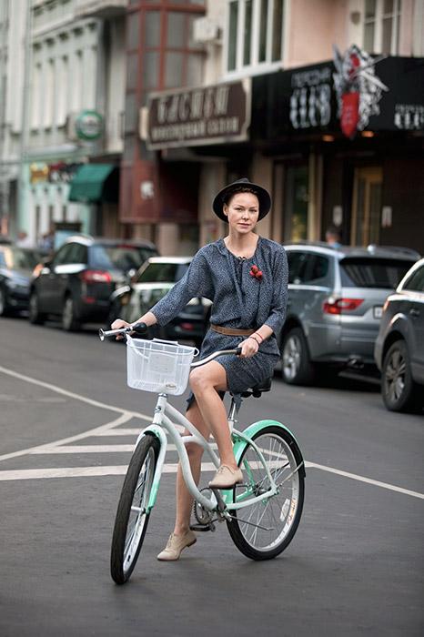 当初ツイード・ランは、サイクリストがツイードとプラス・フォーなど、伝統的な英国のサイクリングの服装でドレスアップし、グループでロンドンの中心部を 走ることで始まった。/ナターシャ。サイクル・ステルス。パトリアルフ池。
