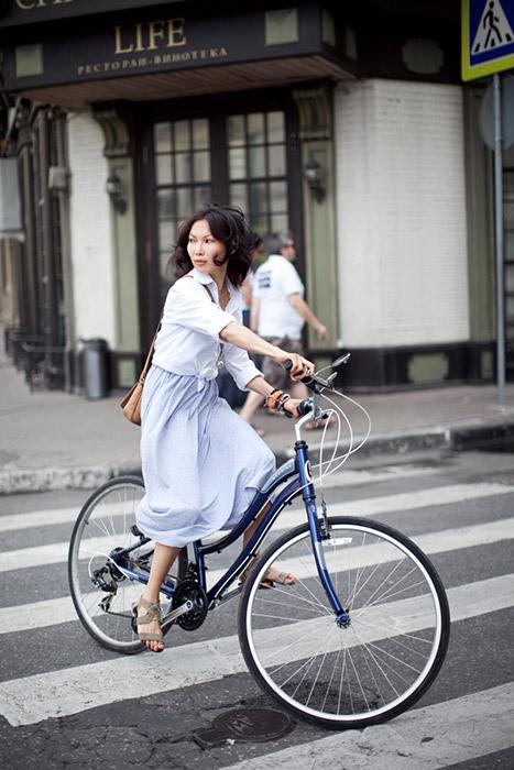 この傾向はロシアで人気に火がつき始めている。まだ歩道には車が散らばっていて、車道を走るのは非常に危険なため、自転車レーンが街に現れ始めている。/アーニャ。サイクル・シュウィン