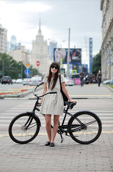 アリョーナ・チェンドラーのブログ、cycleslady.comの ヒロイン達はスタイリッシュなモスクワっ子で、スカートやドレスで自転車に乗って市内を走ることを恐れない。彼女らは女らしさを失うどころか、この古くか らある移動手段に、美しさと魅力を与える。 /ダーシャ、ファッション・エディター。サイクル・トレック・ドリフト。アルバート通り。