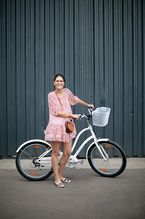 アリョーナはモスクワの街でヒロインを見つける。女性達は赤の広場、デザイン工房、都心のパン屋の近く、公園、ビジネスセンターや歩行者天国の通りを背景に撮 影されている。プロジェクトはスタジオ制作ではなく、自転車で市内を移動する女性のありのままの姿を映したフォト・ストーリーだ。/ドゥーシャ、フラ コン・デザイン工房の管理職。