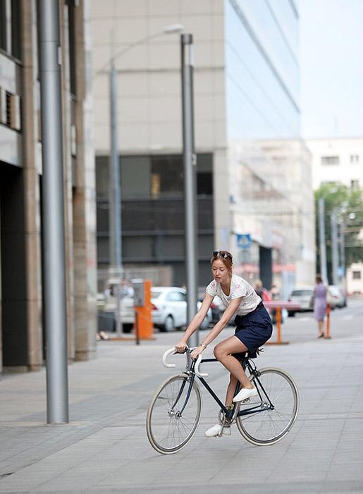 多くの人々は、冬が6ヶ月間続き、市内で自転車に乗るのが困難な過酷な気候を指摘する。サイクリストは、そのような悲観論を否定 する。「半年だけしか乗れなくても、自転車を買って、乗り始める価値がある」。 /マーシャ、バイヤー。 14Bike C。ベラルースカヤ地下鉄駅。