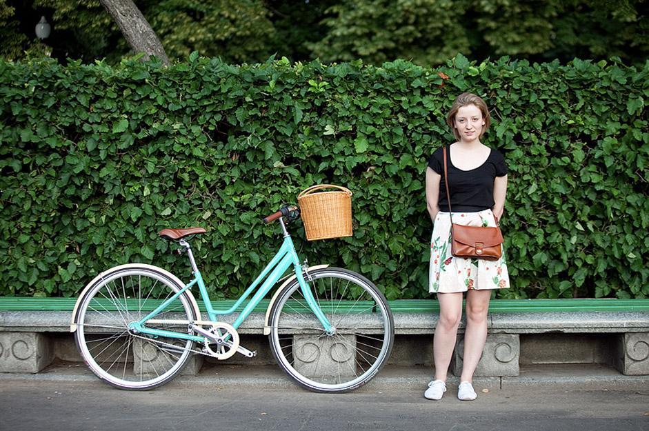 写真の女の子達は、最近モスクワとサンクトペテルブルクにも入ってきた自転車イベント「ツイード・ライド」の参加者を連想させる。/ナージャ。サイクル・ギャリ−・フィッシャー。ゴーリキー公園。