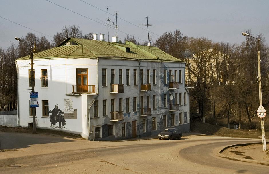画家ウラジーミル・オフチンニコフ氏は、「同時進行の街」プロジェクトで、2002年から建物の壁に過去や現在の絵を描いている。この絵は建築、人、できごと、住人の生活に息吹を与えている。ロシアの歴史に足跡を残した、有名なボロフスクっ子たちだ。