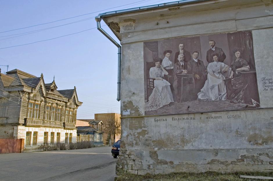 商業施設の壁には、100年前の商店街が描かれている。また、消防士のパレードもある。通りの家の建物にはポレジャエフ兄弟とその妻たちが。建物に昔の風景の絵を描くというのは、とてもおもしろいアイデアだ。