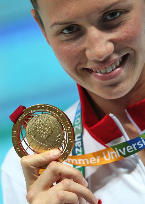 ペンザ国立大学の23歳の学生、アナスタシヤ・ズエワは、50mと100mの背泳ぎの水泳種目で金メダルを2個獲得。
